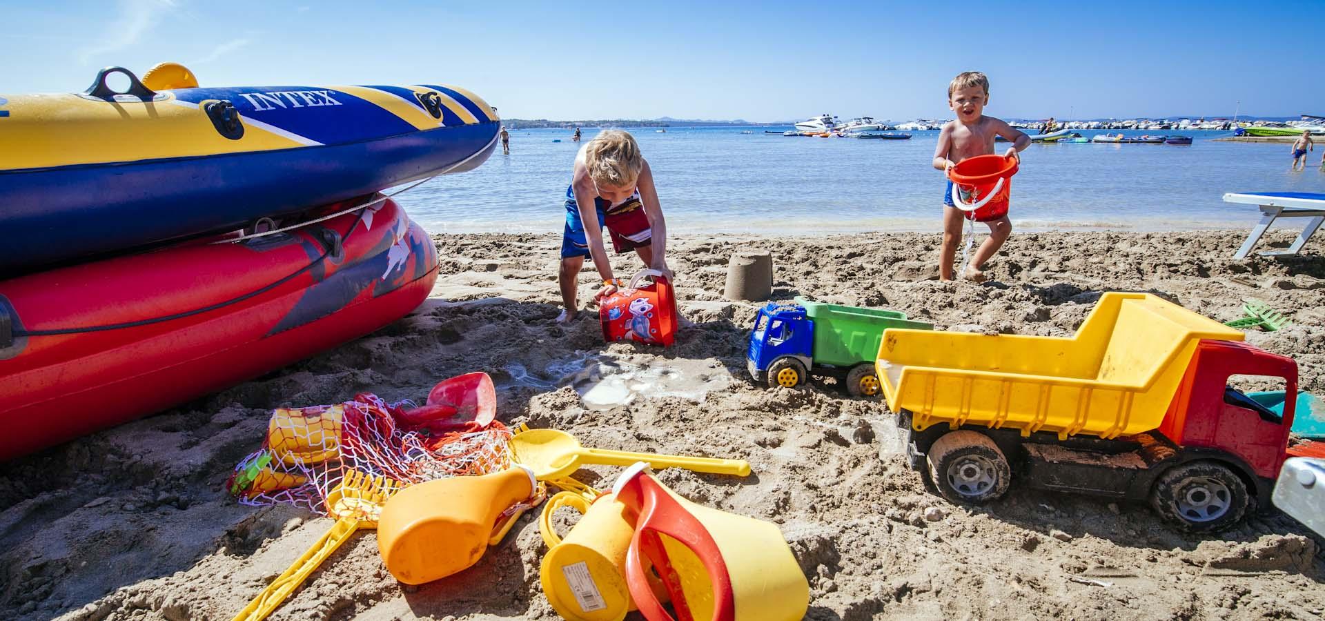Liegestuhl mit sonnenschirm strand  Strand - Zaton Holiday Resort, Zadar, Dalmatien, Kroatien